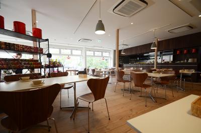 北欧家具をインテリアに使用した、開放的な店内