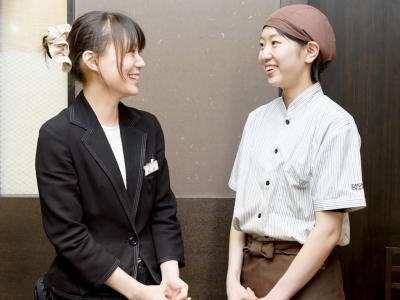 松井店長(写真左)を先頭に、おいしさと「安心感」、そして笑顔を届けています。あなたも笑顔の仲間入りを