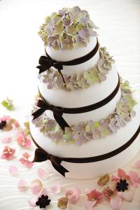 ウェディングケーキは世界で一つだけのオリジナル!ケーキでたくさんの方を笑顔にできる仕事です。