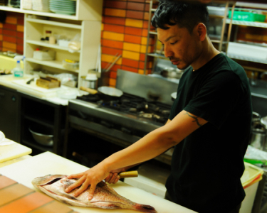 魚のさばき方まで、幅広い調理技術を学べます。月給25万スタートと好条件でお迎えします!