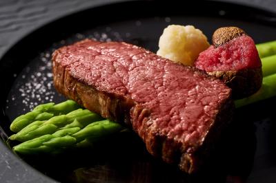 北新地の高級肉料理店で、将来に役立つサービスマナーが身につくアルバイト。今よりもっと成長できます。