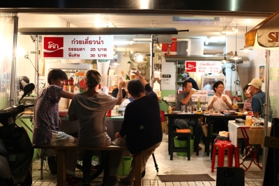まるでタイの屋台で食べているようなカジュアルな雰囲気(系列店より)