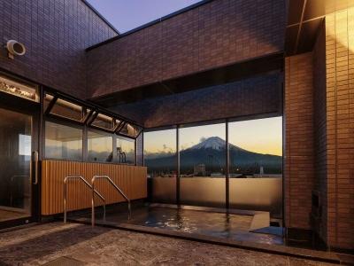 最上階の展望大浴場。富士山を眺めながらの入浴は、贅沢なひとときを演出してくれます。