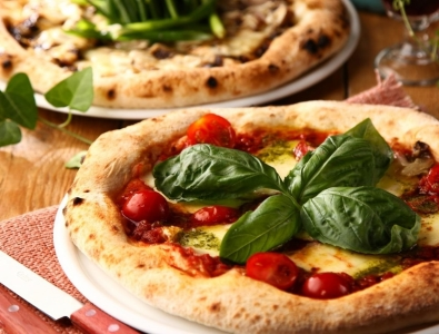 釜焼きピッツァや鉄板焼は、リーズナブルながら本格的!