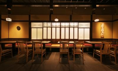 『鉄板焼鶏料理かしわ』は温もりのある店内は落ち着いた雰囲気です。町家をイメージしたくつろぎ空間