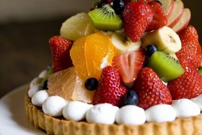 新鮮なフルーツをふんだんに使った生ケーキ、カップデザート、焼き菓子などを販売しています。