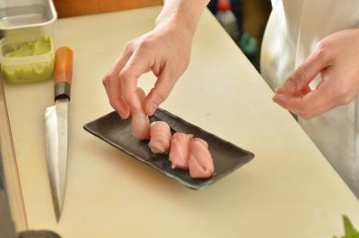 大阪市内に3店舗を展開する、「すしの助」北浜店で調理スタッフを募集します!