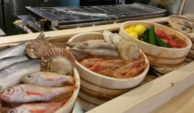 オープンキッチンには鮮度ばつぐんの魚介が並びます。