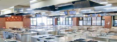 最新の設備を導入しています。調理台は1人1台。私たちと一緒に学生の夢をサポートしませんか?