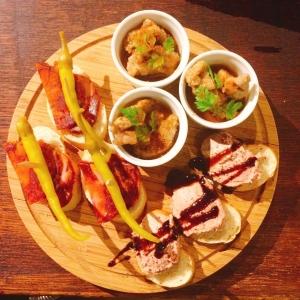 料理はスペインの郷土料理をメインに提供しています。
