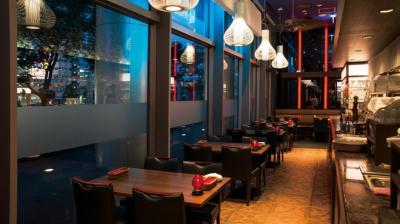 70席の店内は、大きな窓と高い天井で、開放感のある空間。
