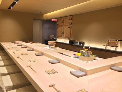 寿司職人として経験豊かな方は、月給30万円超え。食通も通う西麻布の会員制の鮨店で活躍を
