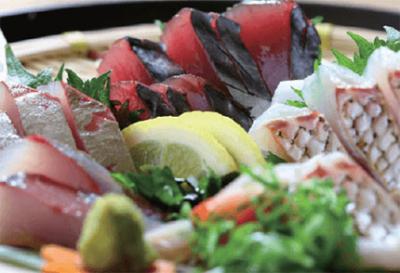 土佐の藁、土佐の天日塩にこだわっています。鮮魚ほか、野菜や和牛も高知食材にこだわっています。