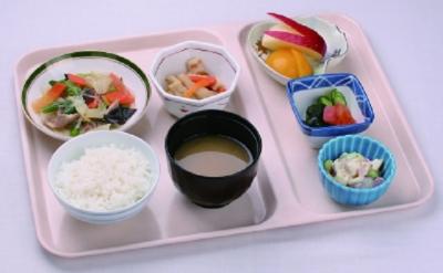 栄養士が考案した栄養バランスの良いメニューを、仕込みから調理、盛り付けまで担当していただきます。
