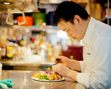 料理を安定的に美味しく提供するためのチーム作り・お店作り、さらにはメニュー開発もお任せします。