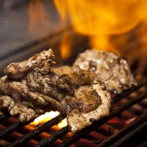 炭火でひとつひとつ丁寧に焼く鮮度にこだわった串焼を提供しています(博多バル)