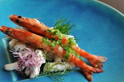 沖縄の食材を使用し、フレンチの技法にこだわって調理しています。