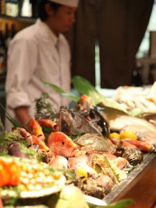 <烏丸駅直結>新鮮な魚介が自慢の九州郷土料理店と、朝挽きの地鶏を使った焼き鳥店で調理スタッフを募集!