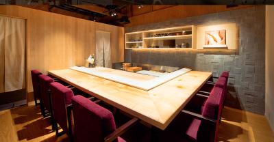 神戸では手に入らない貴重な食材も仕入れ、こだわり抜いた素材を使用した鮨を提供しています。
