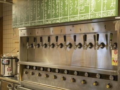 店内には様々な種類のクラフトビールのタップがずらり!