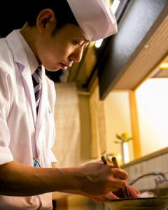 店主でもある料理長は、43歳。調理場は、料理長を含む3名のスタッフで切り盛りしています。