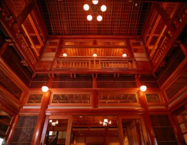 国の有形文化財にも登録されている本館。歴史あるたたずまいが人気です