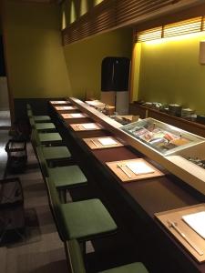 寿司カウンターは日本の食文化ならではのスタイル。お客様との距離の近さがだいご味です。