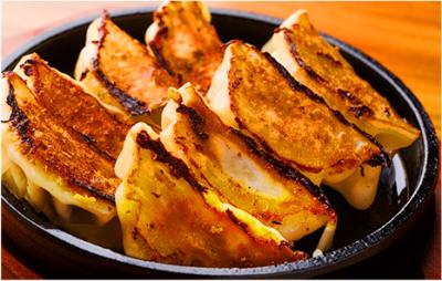 厚みのあるプリプリの皮に豚肉と野菜の餡がたっぷり。焼き目も香ばしい博多名物「鉄板餃子」