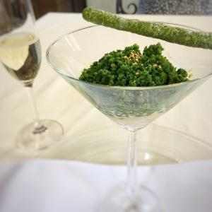 新作ドルチェが続々誕生!こちらは「東一大吟醸とリコッタチーズのムース 星野村の抹茶のグラニテ」です。