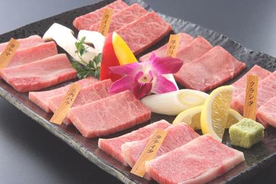 厳選された銘柄黒毛和牛のほか、米や野菜など、国産にこだわった食材を使用しています