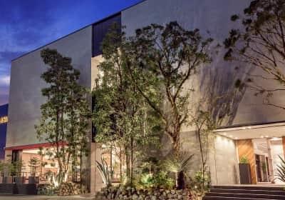水と緑が溢れる邸宅で「お二人らしい自由」を叶えるアーバンリゾートウェディングを提供