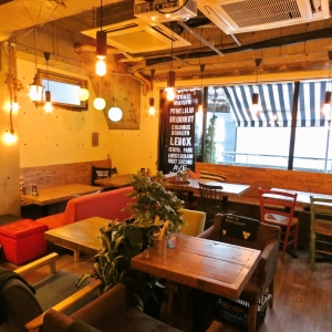 店内はカフェのようなカジュアルで居心地のいい空間です。お店ごとに個性が違うんですよ