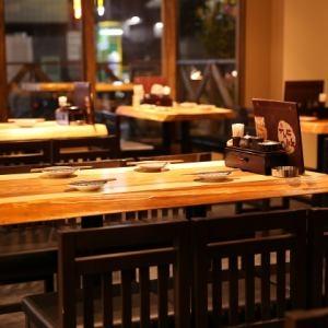 テーブル席から座敷、カウンター、テラス席とさまざま。最大100名まで宴会対応しています。