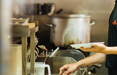 じっくり煮込んだスープが自慢の、和風とんこつラーメン店。
