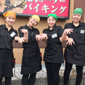 食肉・外食事業を行う株式会社ゼンショクが運営。「焼肉 でん」はじめ、全国13ブランド73店舗を展開