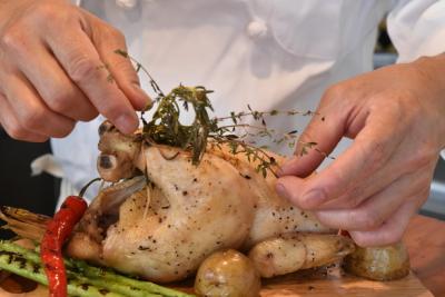 『ロティサリーチキン』とフランスの郷土料理のレストラン。経験が浅くてもOK。人柄重視の採用です。
