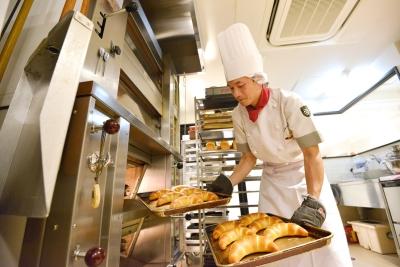 全てのパンを、売場専属の工房で粉から手作りしています