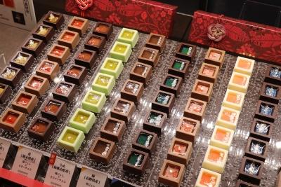看板商品の「瑞穂のしずく」は、枡に見立てたショコラの中にジュレを流し込んで作り上げます。