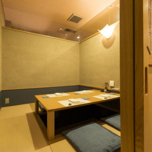 落ち着いてお食事できる個室もご用意。一組一組のお客様をていねいにおもてなしします。
