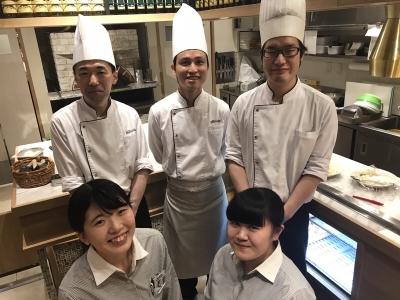 有名ホテルやハウスウェディングなどで調理技術をみがいた30代の料理長を筆頭に、若手が多数活躍中。