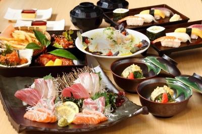 生け簀の新鮮な魚介を使った海鮮丼や刺身のランチ定食や、宴会メニューが自慢です。