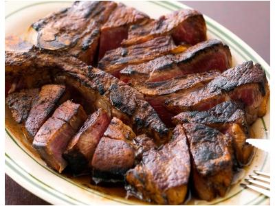 自慢の熟成肉を使った料理の数々が大人気。