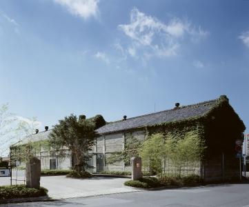 建物は歴史ある石づくりの蔵。地元の方だけでなく、他府県からも多くのお客様がお越しになります