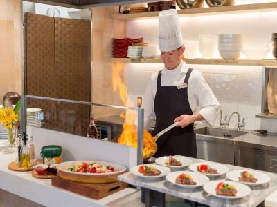 夕食は、お客様の目の前で仕上げるライブキッチンを実施。