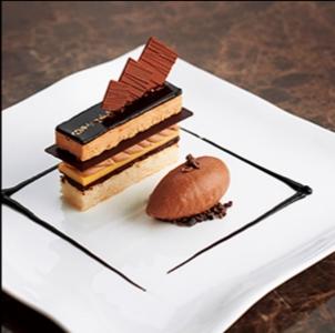 会場の雰囲気やお客様のご要望をお聞きしながら、あなたならではのケーキをデザインしていってください◎