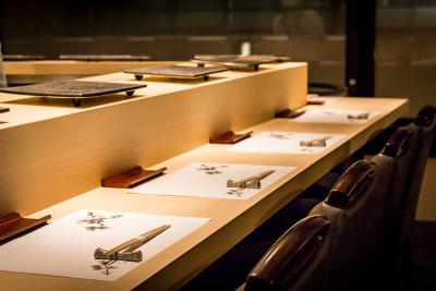 カウンター越しの接客技術も、鮨職人の腕の見せ所。国内外からのお客さまを前に磨きをかけましょう。