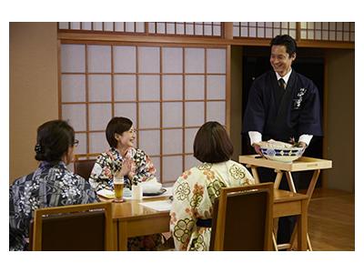 佐賀県唐津市の温泉宿でも、サービススタッフを募集中。社員寮があるので、遠方の方もお気軽にご応募を!