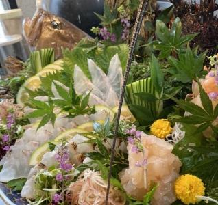 毎日、長浜市場から仕入れる厳選された鮮魚は、長年、魚に携わってきたオーナーの目利がひかります。
