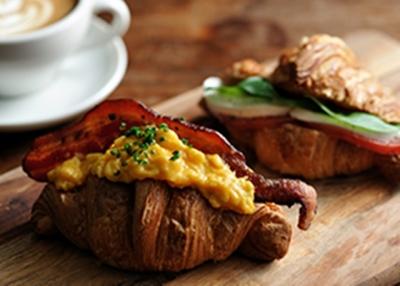 自社で運営するベーカリーやカフェに提供するパンやスイーツづくりをになうファクトリー!