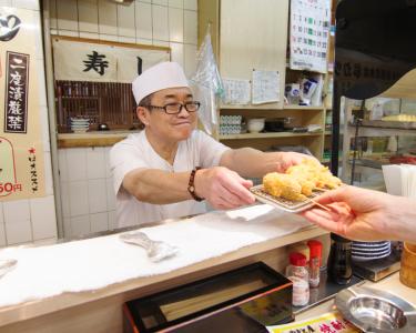 新世界で人気の串カツ・寿司・立ち呑み計8店舗で、将来の店長をめざそう!未経験の方も月給25万円~☆